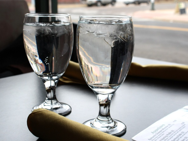 water_glasses_glass_of_water_restaurant_table