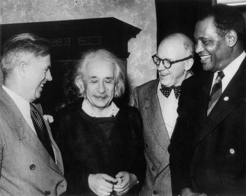 Einstein with Paul Robeson (far right) and others, courtesy of TechTimes.com.