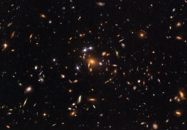 Galaxy cluster SDSS J1004+4112. Defining a distance to this object is not so simple. Image credit: ESA, NASA, K. Sharon (Tel Aviv University) and E. Ofek (Caltech).
