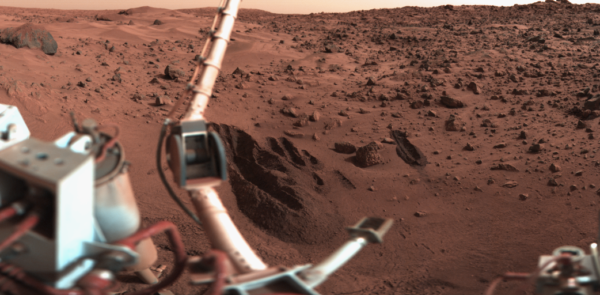 The Viking 1 Lander sampling arm and the deep trenches it dug as part of the surface composition and biology experiments on Mars. Images credit: NASA and Roel van der Hoorn.