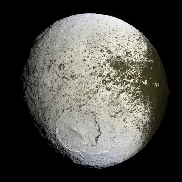 The two-toned Iapetus is the strangest known moon in all the Solar System. Image credit: NASA / JPL-Caltech / Space Science Institute / Cassini.